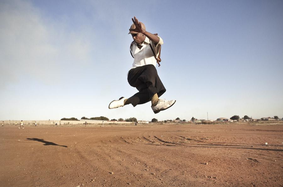 Un Mapantsula de la crew 'Real Actions' de Johannesburgo bailando Pantsula. Fuente: Chris Saunders.