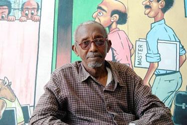 Muhyayidin Sharif Ibrahim, posando delante de una de sus creaciones. Fuente: Robyn Dixon, Los Angeles Times