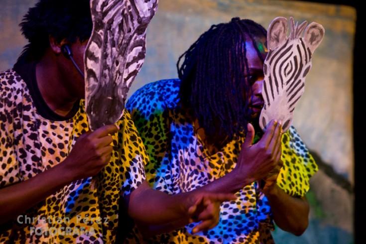 Momento de la obra 'Tears By The River' (2012) que el keniata Chrispin Mwakideu narra junto a Fedelis Kyalo. Fuente: 'Living the Dream', blog keniata sobre marionetas.