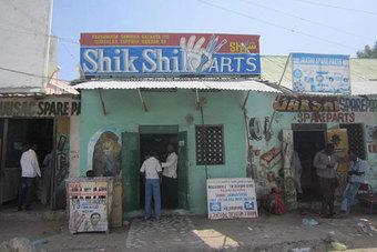 Puerta del establecimiento de Shik Shik Arts en Mogadiscio. Fuente: Ali Adam/Sabahi