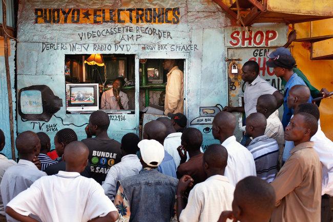 Kenianos siguiendo el resultado de las elecciones por la televisión, en las calles de Nairobi. Foto:  Jerome Delay/Associated Press