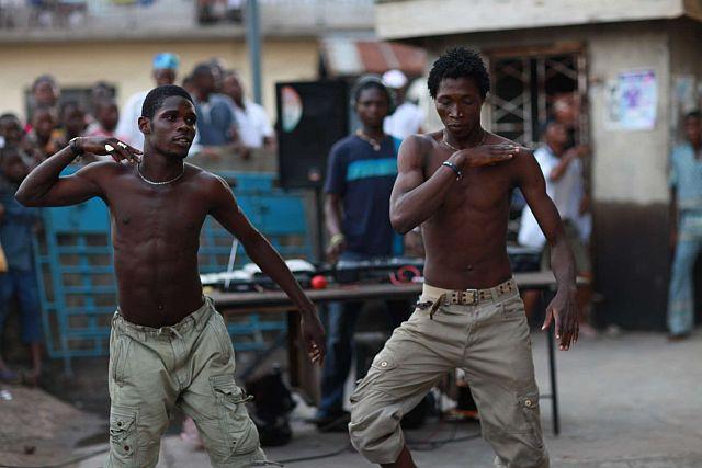 Bailando Ajegunle con un soundsystem de calle, en el distrito de Lagos.