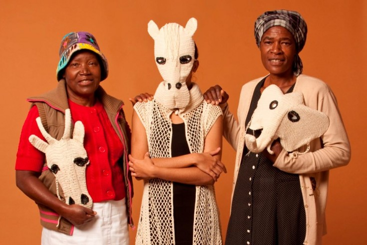 Mrs Olonga and Mrs Chivandire - Knitters of Makanya mostrando su trabajo