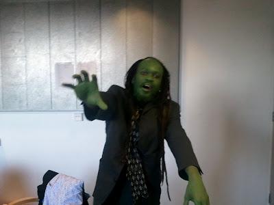 Musodza ejerciendo de zombie (o algo parecido). Fuente: Blog del escritor