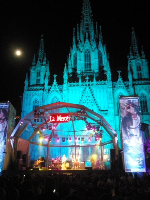 El escenario evocador con Diawara sobre las tablas, la fachada de la catedral como decorado y la luna como espectadora curiosa. Foto: C.B.