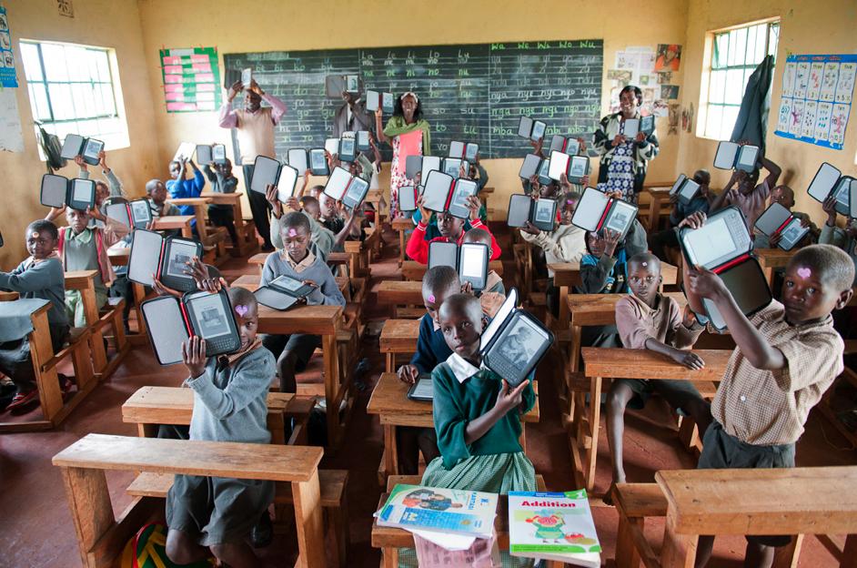 Escolares africanos con libros digitales. Fuente: Worldreader