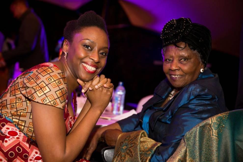 Chimamanda junto a Muthoni Likimani, una de las primeras escritoras africanas y periodista para la BBC cuya obra más famosa es Passbook Number F.47927: Women and Mau Mau in Kenya.  Paul Munene/ Kwani Trust.