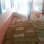 Mame pasea por su instalación, creada para la exposición Sahel Gris, en el IF de Dakar. Octubre de 2013
