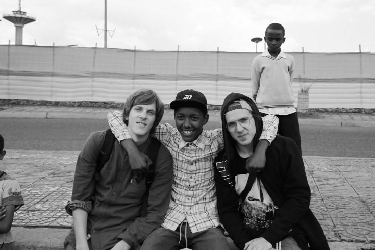 De izquierda a derecha: Sean (EEUU), Abenezer (Etiopía) y Tomas (Suecia). Foto: Joey Maloney.