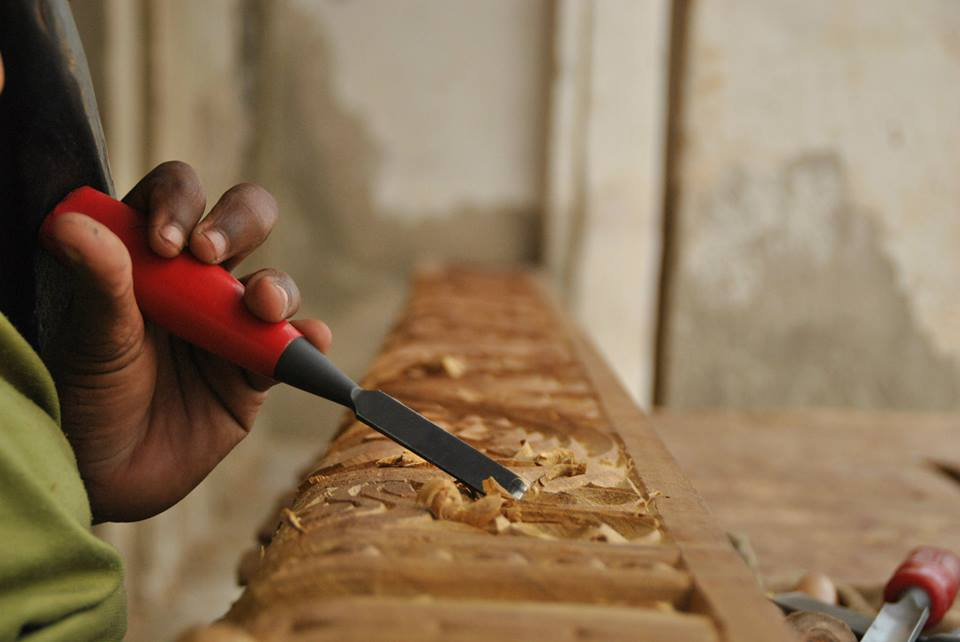 Un artesano suajili de la madera trabaja en un taller en la isla de Lamu, Kenya. Foto: Sebastián Ruiz/Wiriko.