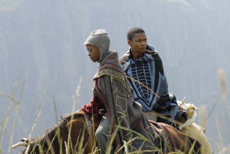 Zenzo y Lebohang en un fotograma de la película. Fuente: http://forgottenkingdomthemovie.com