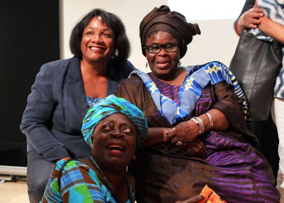 Ama Ata Aidoo, abrazada en Africa Writes
