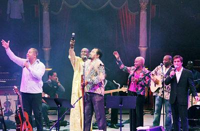 De izquierda a derecha: Teofilo Chantre, Ismael Lo, Bonga, Angelique Kidjo y Camané. Foto tomada el 28/09/2012, durante el Tributo a Cesaria Evora en el Cirque d'Hiver de Paris. Autor: Nkrumah Lawson-Daku/Lusafrica.