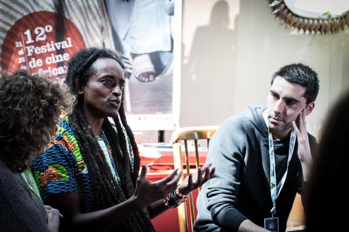 """Un instante durante los """"Aperitivos de Cine"""" durante el FCAT. -Hajooj Kuka (Beats of the Antonov), Lova Nantenaina (Ady Gasy) y Michel Zongo (La sirène du Faso Fani). Foto: Luis RIvera."""