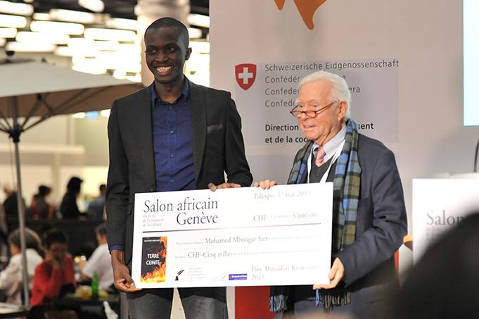 Mohamed Mbougar Sarr, a la izquierd, en el momento de recibir el premio Ahmadou Kourouma. Fuente: Salón del libro de Ginebra