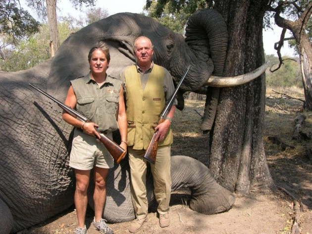 El rey Juan Carlos, posando junto a un elefante tiroteado en Botsuana durante una cacería en 2012. Imagen de  Rann Safaris.