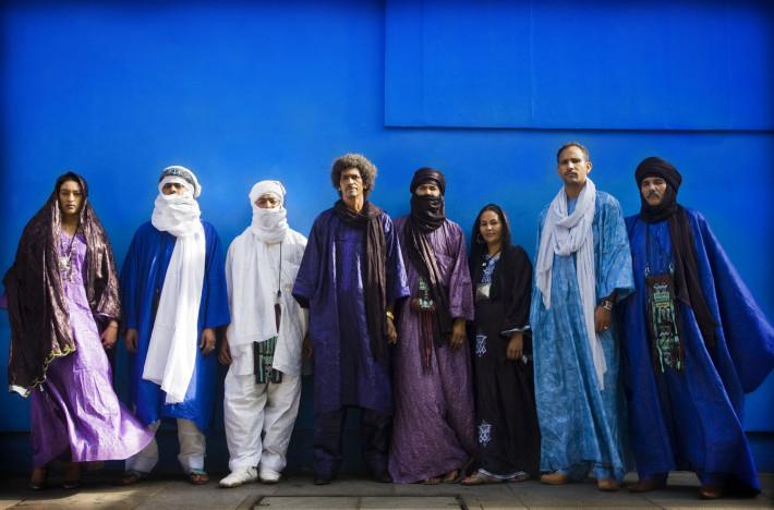 Tinariwen pared azul de fondo