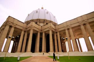 La Basílica de Nuestra Señora de la Paz de Yamoussoukro (Costa de Marfil) está considerada, además de la más grande del mundo, la más alta con 158 metros. La cúpula central custodia la construcción con una cruz de oro.