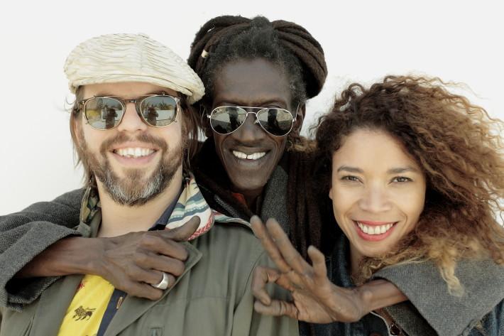 De izquierda a derecha: el acordeonista francés Fixi, el cantante senegalés Cheikh Lô y la cantante brasileña Flavia Coelho.