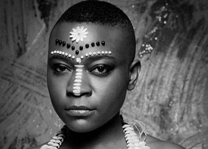 Linda Kaoma, poeta sudafricana y responsable de la iniciativa. Fuente: web de Badilisha.