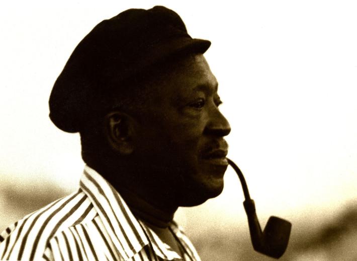 Perfil del director, realizador, productor y escritor senegalés Ousmane Sembéne, uno de los padres de los cines africanos.