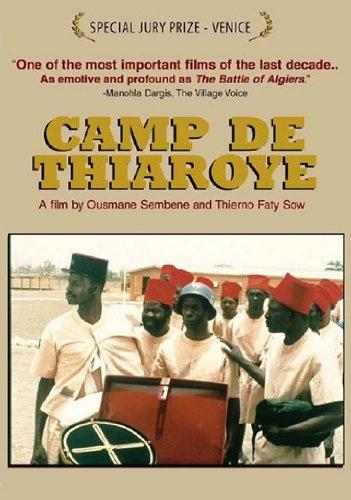 Cartel de la película Campo de Thiaroye (1988) escrita y dirigida por Ousmane Sembene y Thierno Faty Sow. La película retrata como el 1 de diciembre de 1944, decenas de soldados africanos que habían luchado durante la II Guerra Mundial en las filas del Ejército francés, conocidos como tirailleurs, fueron masacrados en el campo militar de Thiaroye (Senegal) porque exigían que se les abonaran los atrasos de salario que se les debían, así como la prima de desmovilización.