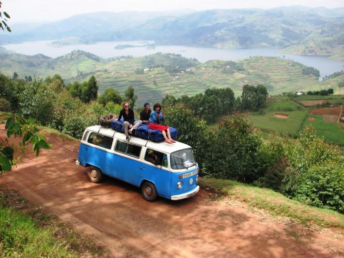 Turistas occidentales en una furgoneta en Uganda. Imagen de Vice.com