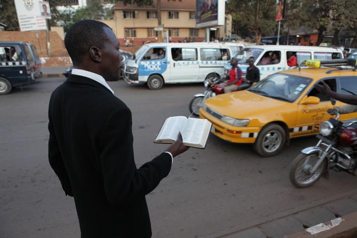 Fragmento del documental en el que se aprecia como esta doctrina exógena y conservadora se ha extendido a las calles de Kampala, la capital de Uganda.