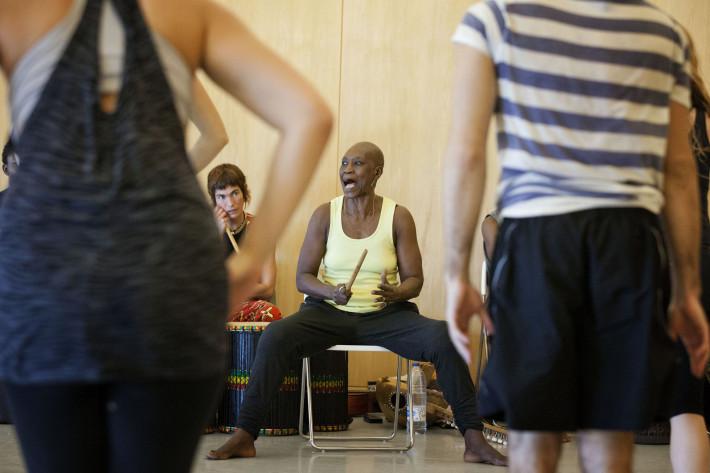 Germaine Acogny, madre de la danza africana contemporánea, muestra en los Teatros del Canal el resultado de su taller. Foto de Miguel J. Berrocal.