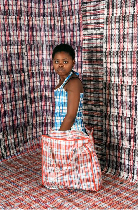 Autorretrato perteneciente a la serie 'Unomgcana', de N.Nqaba / Between 10 and 5.-