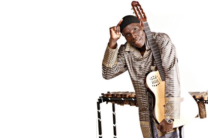 Oliver Mtukudzi, imagen extraída de la web de Moretele Tribute Concert.