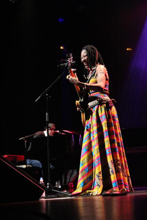 """Fatoumata Diawara junto a Roberto Fonseca durante el concierto del proyecto """"At Home"""" en Barcelona. Fotos: Carlos Bajo"""