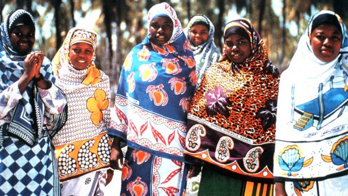 Mujeres de Zanzíbar luciendo kangas.