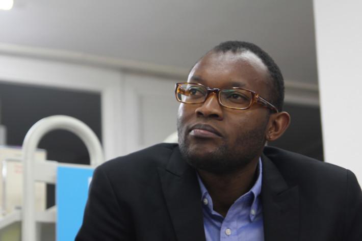 El escritor congoleño, Fiston Mwanza Mujila. Foto: Carlos Bajo
