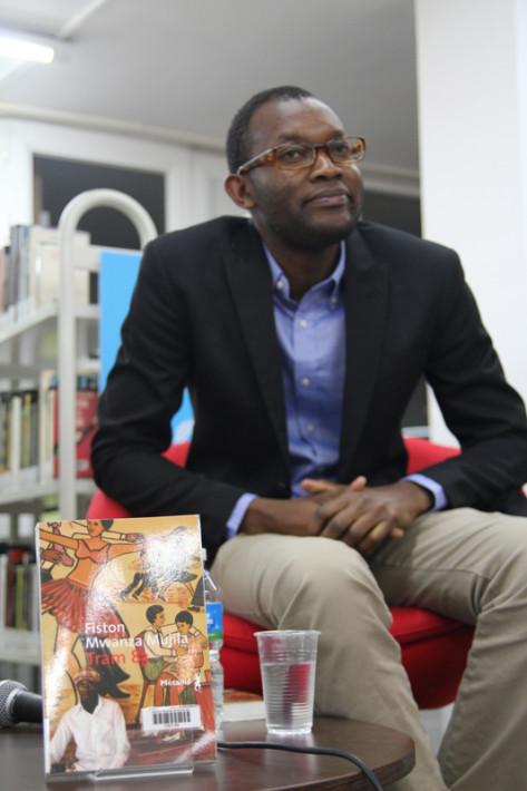 Fiston Mwanza Mujila, durante una de las presentaciones de su libro en catalán. Foto: Carlos Bajo