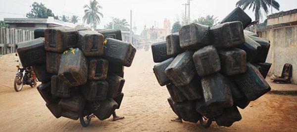 Gente transportando gasolina en Benín