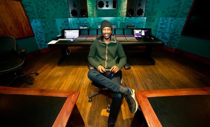 Daby Touré en un estudio de grabación. Nicolas Diop.