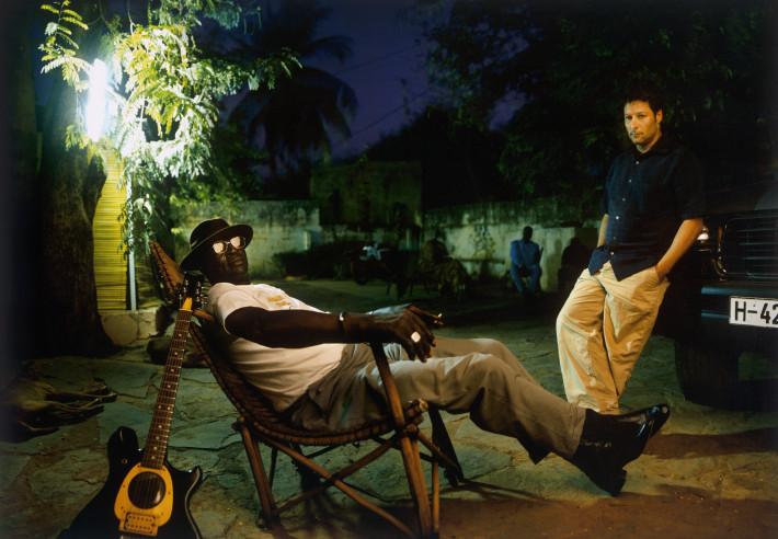 Ali Farka Touré, junto a Nick Gold, relajados delante de los Estudios Bogolan. Imagen de Jonas Karlsson.