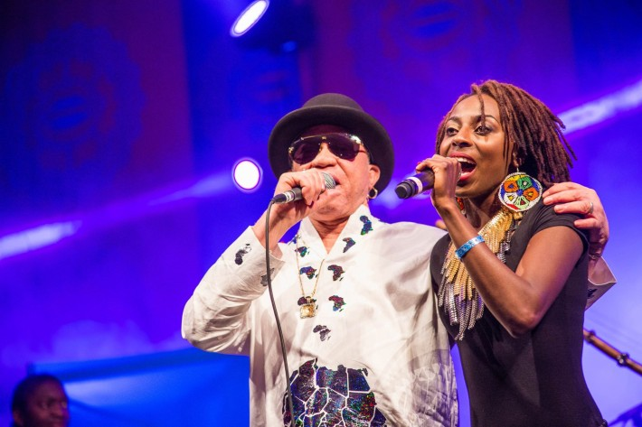 El cantante maliense Salif Keita, junto a la zimbabuense Hope Masike, durante una actuación en el HIFA.