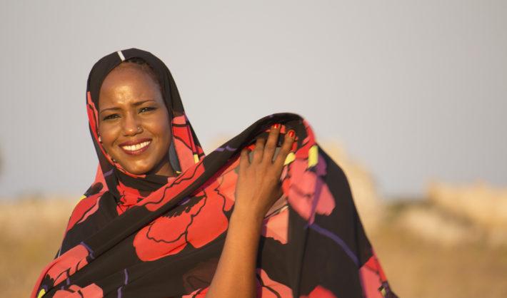 La cantante y percusionista saharaui, Aziza Brahim/ Foto: Guillem Moreno