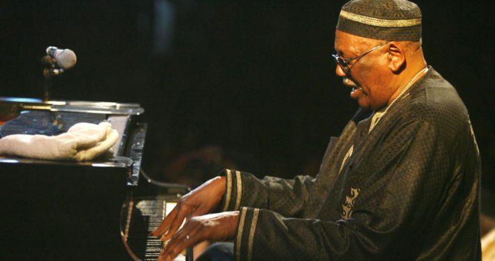 le-pianiste-americain-randy-weston-joue-pendant-le-festival-de-jazz-de-saint-louis-le-27-mai-2007_5592829