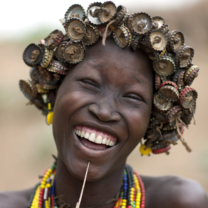 eric-lafforgue,dassanetch-caps-wig-ethiopia,girl-smile-artistic-teeth-culture-tribal-dai-ornament-valley-wig-tribes-bodypainting