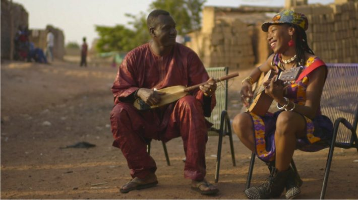 Bassekou Kouyaté y Fatoumata Diawara en un fotograma de Mali Blues
