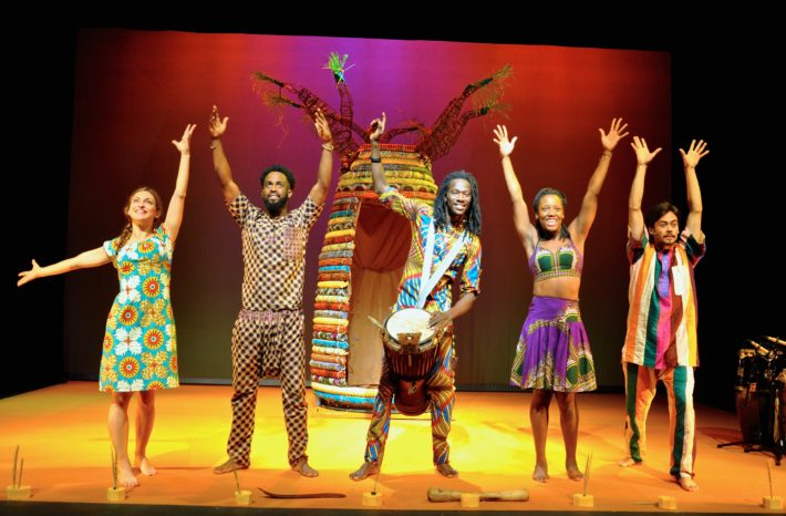 "Tamara Ndong Bielo junto al grupo de la obra ""Pell de Llarinté, cua de Tiré"" (dirección Moisès Maicas, Temporada Alta 2016)."