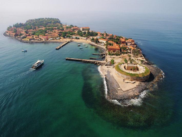 La Isla de Gorée, uno de los principales enclaves esclavistas de África Occidental hasta 1815, fue declarada Patrimonio de la Humanidad por la UNESCO en 1978.