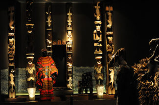 Pórtico real del reino de Oku, con representación de leopardos